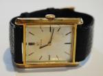 """OMEGA. Relógio masculino suíço de pulso da marca """"Omega"""". Caixa em plaque d'or e aço. Medida do mostrador: 3,2 X 2,5. Movimento a corda. Funcionando."""