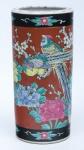 """Vaso cilíndrico em porcelana japonesa, esmaltado no padrão """"Kutani"""", com cerejeiras em flor e aves do paraíso sobre fundo vermelho. Borda com faixa negra intercalada com flores. Alt.: 25 cm. (Em função da fragilidade, este lote só poderá ser enviado para fora do estado através de transportadora especializada)."""