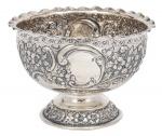 """Bowl em prata inglesa, contraste da Cidade de Londres de 1904, período """"Edward VII"""", estilo """"Barroco-Rococó"""". Base e lateral com flores, ramos e volutas em relevo. Borda ondulada. Prateiro """"AR"""".  Alt.: 12,5cm. Diâm.: 18cm. Peso: 360g."""